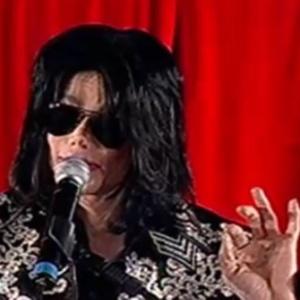 """Michael Jackson é alvo de nova denúncia de abuso e de """"lavagem cerebral"""""""