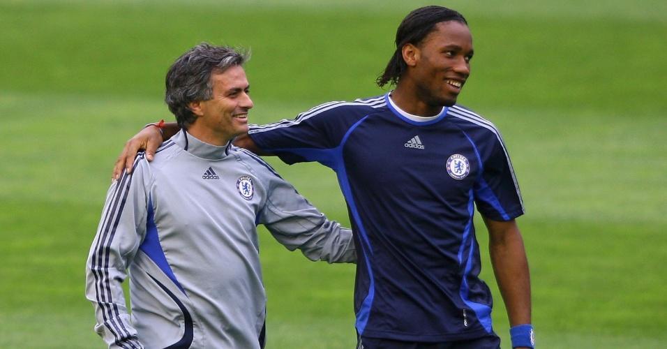 Mourinho ao lado de Drogba nos tempos de Chelsea
