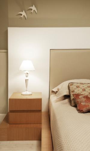 Os proprietários do apartamento no Real Parque, em São Paulo, queriam cama baixa. O móvel foi desenhado pela arquiteta Crisa Santos para acomodar um colchão comum e teve execução (Mobília Brasil) feita com compensado naval revestido por lâminas de carvalho branco americano e cabeceira em couro