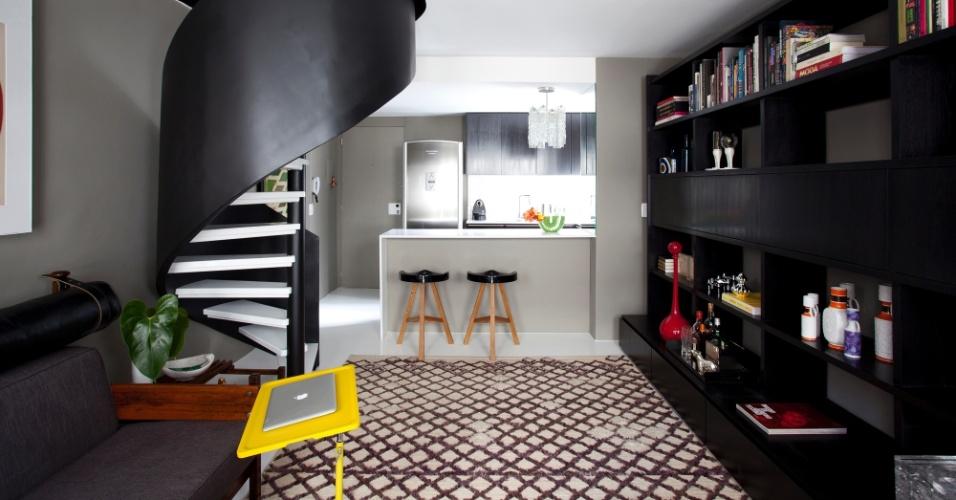 Com o objetivo dar unidade ao projeto nos dois níveis do apartamento duplex, foram selecionados paleta de cores e materiais restritos e basicamente sóbrios. O projeto de reforma do duplex na Alameda Campinas, em São Paulo, é assinado por Maurício Arruda