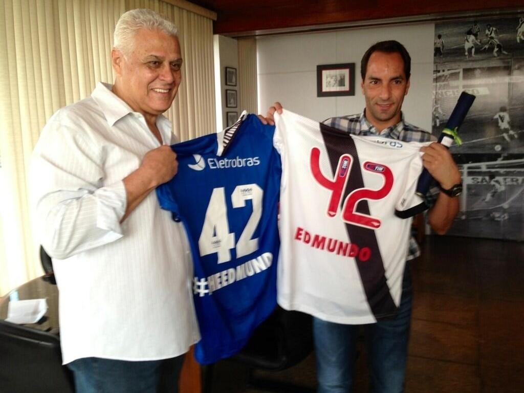 Roberto Dinamite e Edmundo posam com as camisas em homenagem ao aniversário do atual comentarista de TV (02/04/2013)