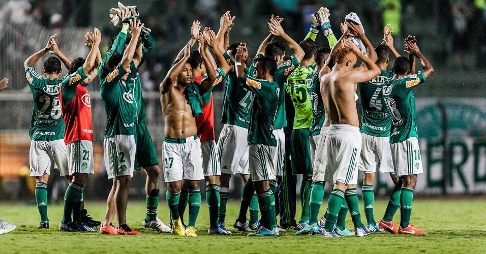 02.04.2013 - Jogadores do Palmeiras agradecem ao apoio do torcedor no Pacaembu após a vitória contra o Tigre por 2 a 0
