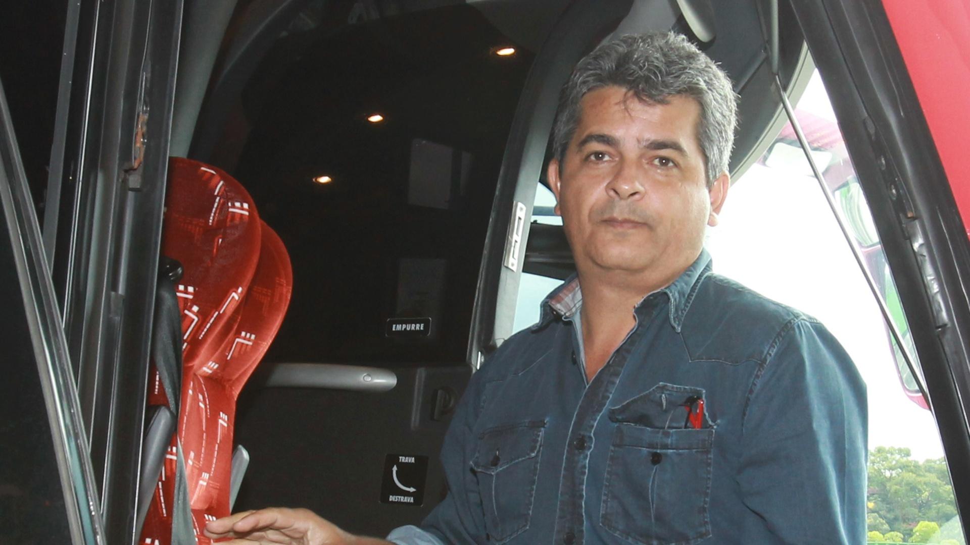 03-04-2013 - Ney Franco, técnico do São Paulo, sai do ônibus para entrar no aeroporto