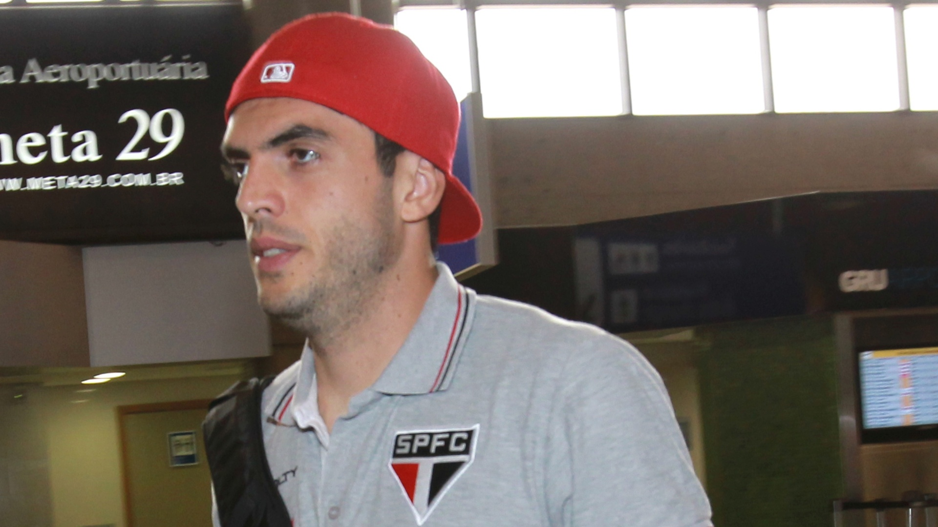 03-04-2013 - Rhodolfo caminha no aeroporto para embarcar para Bolívia