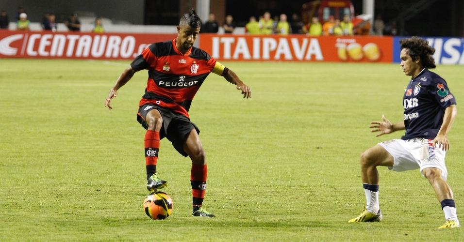 03.04.2013 - Lateral Leonardo Moura conduz a bola em jogo do Flamengo contra o Remo pela Copa do Brasil