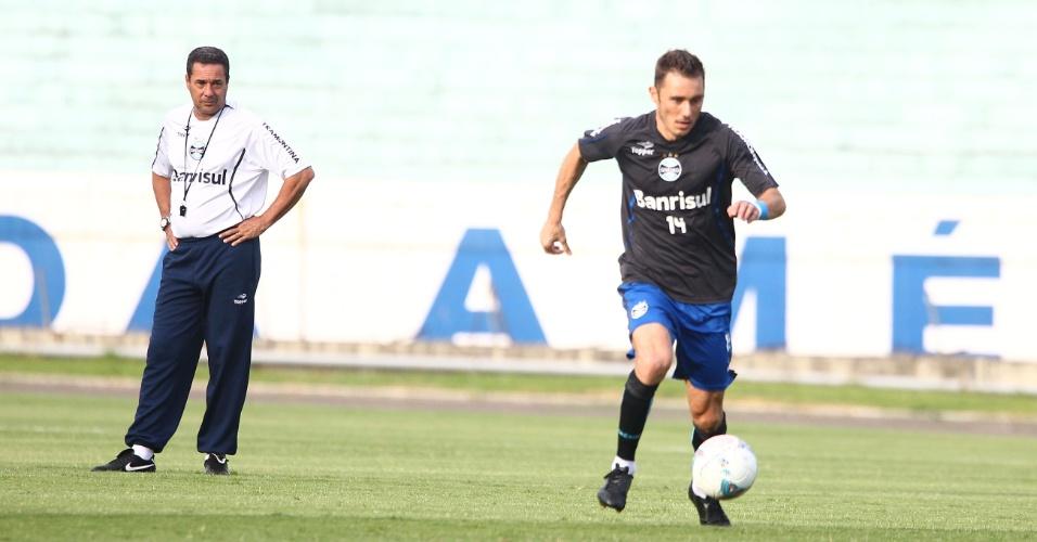 03.04.2013 - Vanderlei Luxemburgo observa Fábio Aurélio em treinamento do Grêmio