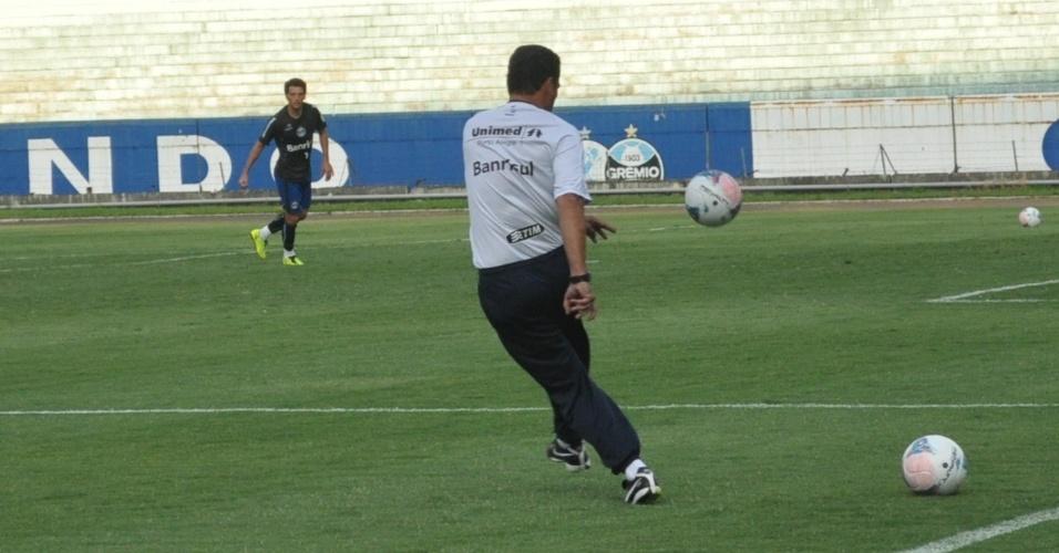 03.04.2013 - Vanderlei Luxemburgo revive tempos de lateral e faz cruzamentos em treino do Grêmio