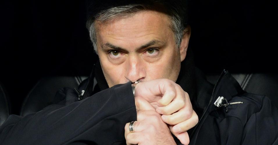 03.abr.13 - Técnico José Mourinho observa a partida entre Real Madrid e Galatasaray