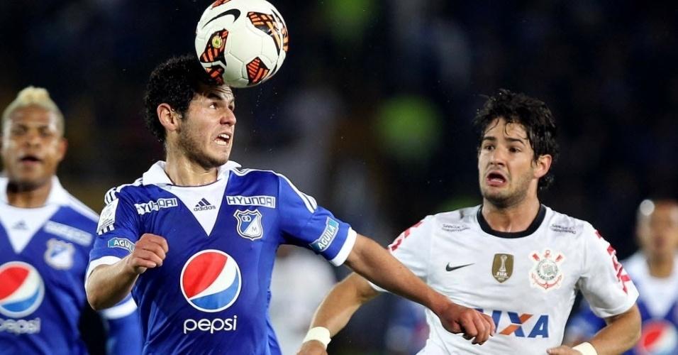 03.abr.2013 - Alexandre Pato disputa bola em partida entre Millonarios e Corinthians pela Libertadores
