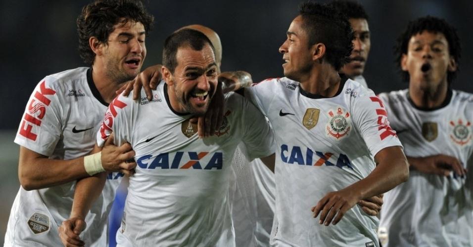03.abr.2013 - Jogadores do Corinthians comemoram gol de Danilo contra o Millonarios