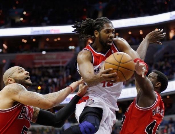 03.abr.2013 - O brasileiro Nenê, dos Wizards, anota dois pontos após infiltração contra a defesa do Chicago Bulls