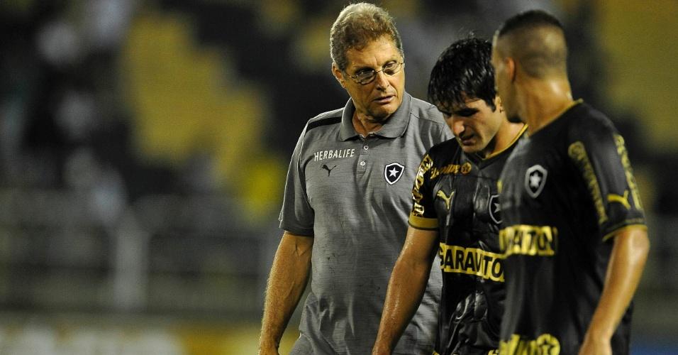 03.abr.2013 - Oswaldo de Oliveira conversa com Lodeiro após vitória do Botafogo sobre o Vasco pela Taça Rio