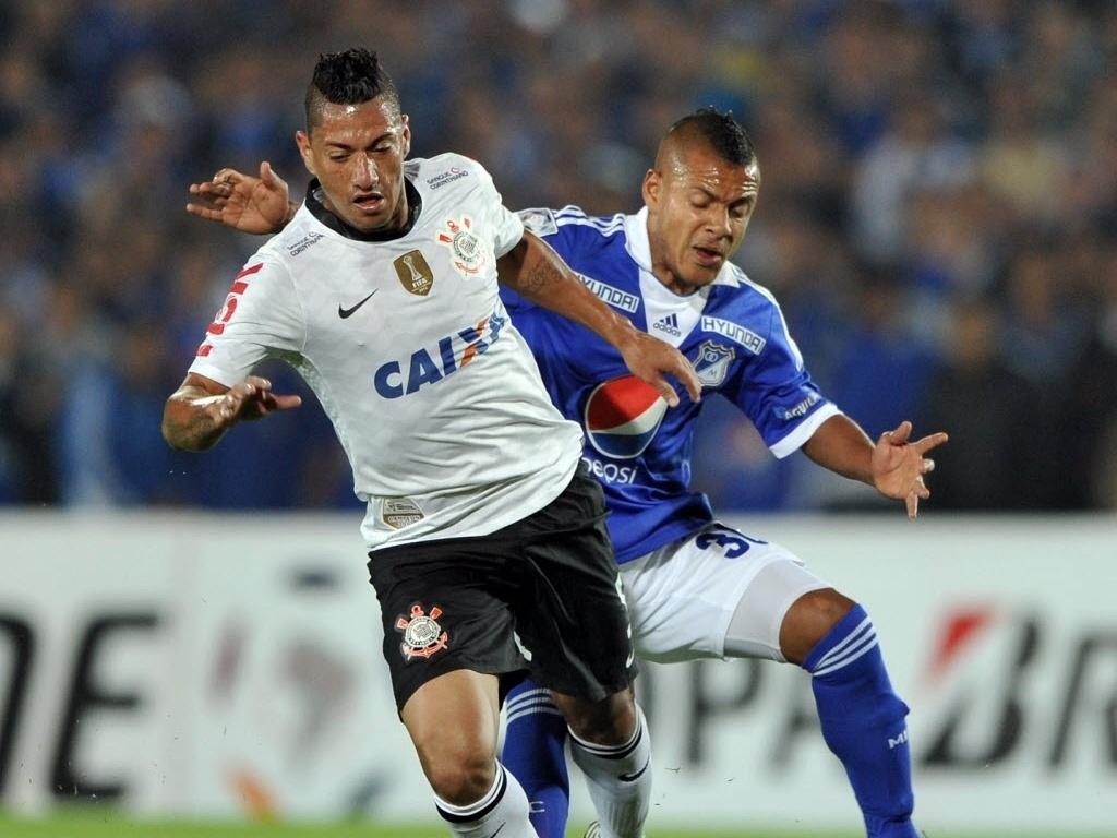 03.abr.2013 - Ralf faz a marcação do atleta do Millonarios em partida do Corinthians pela Libertadores