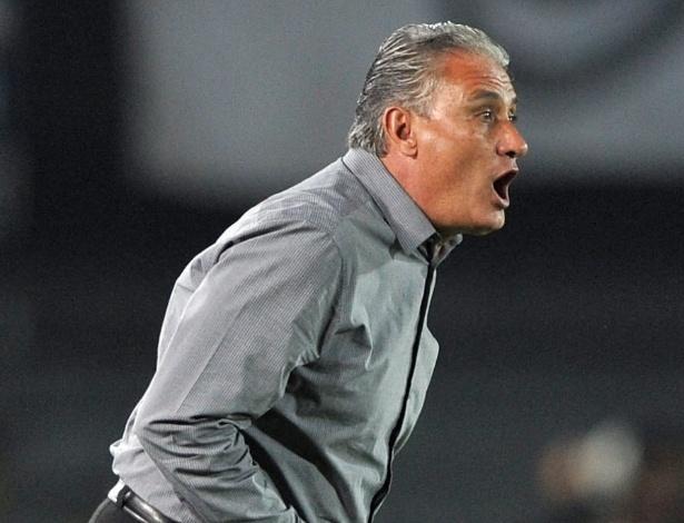 03.abr.2013 - Tite orienta time do Corinthians em partida contra o Millonarios pela Libertadores