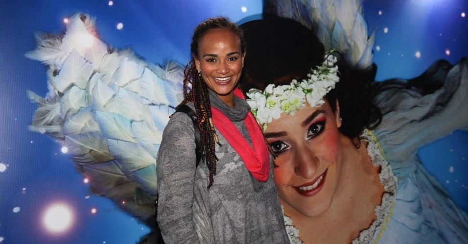 2.abr.2013 - A cantora Luciana Mello assiste ao espetáculo Corteo, do Cirque du Soleil, no Parque Villa-Lobos, em São Paulo