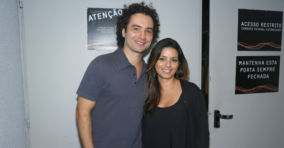 """2.abr.2013 - Marco Luque com sua irmã Dani na estreia de seu o monólogo """"Labutaria"""", no Teatro Oi Casa Grande, no Leblon, Rio de Janeiro"""