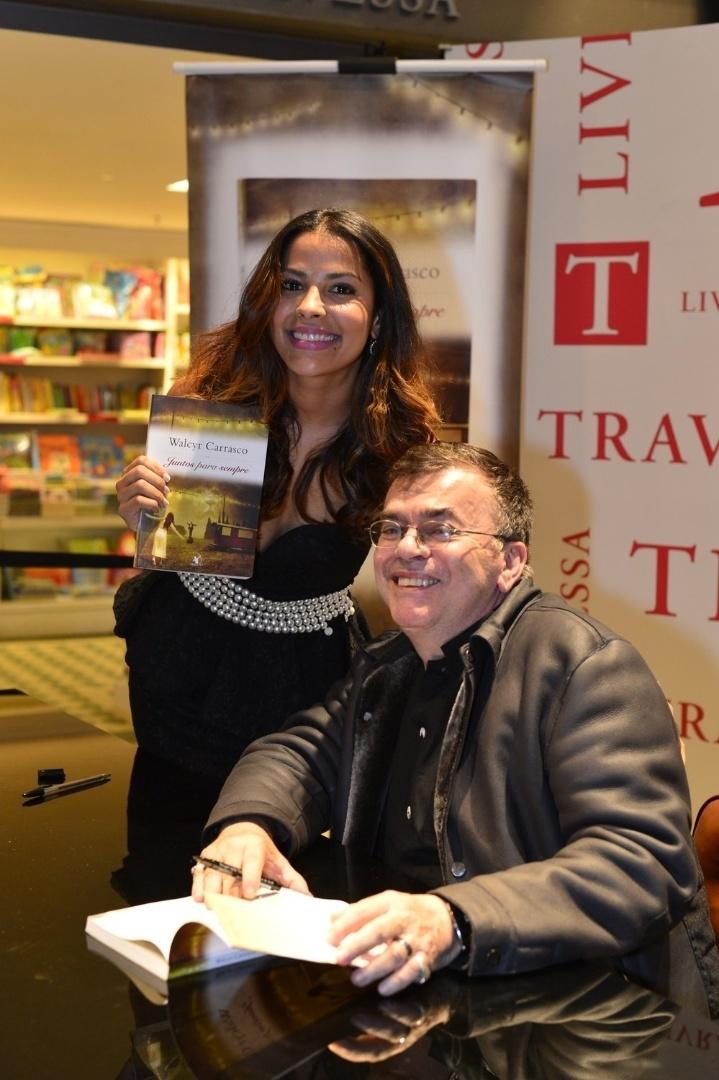 """3.abr.2013 - A ex-BBB Gyselle Soares posa com Walcyr Carrasco e o novo livro do autor, """"Juntos Para Sempre"""""""