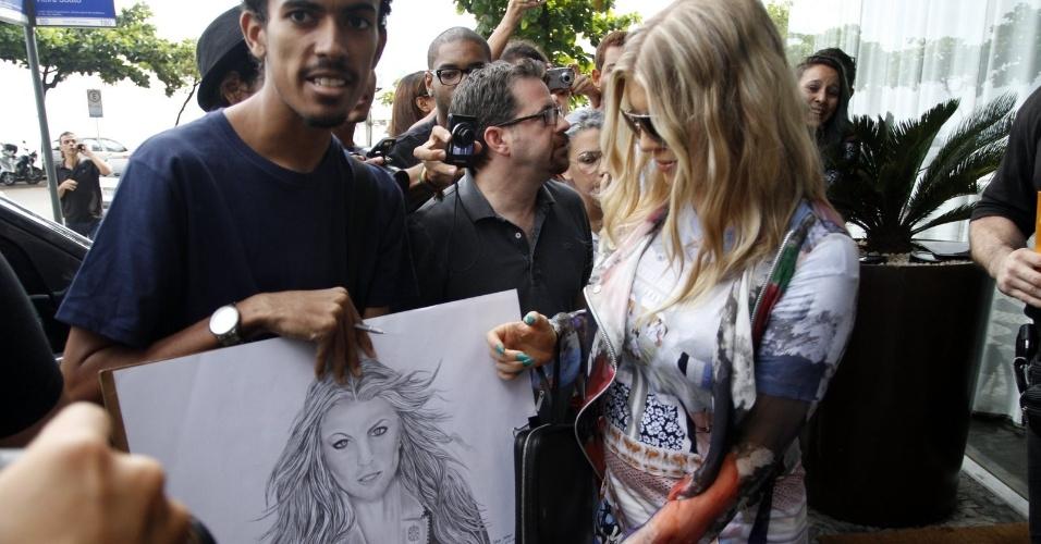 3.abr.2013 - Ao deixar o hotel onde está hospedada, na zona sul do Rio, Fergie foi tietada