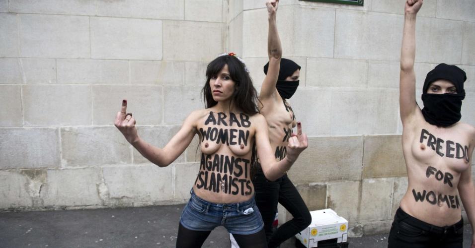 3.abr.2013 - Ativistas do Femen, grupo de origem ucraniana famoso por realizar protestos com o uso de topless, fazem manifestação em frente a mesquita em Paris nesta quarta-feira (3)