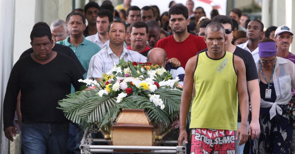3.abr.2013 - Familiares e amigos levam o caixão com o corpo de Marcius Flávio do Nascimento, 36, que foi enterrado nesta quarta-feira (3), em São Gonçalo, na região metropolitana do Rio de Janeiro. Ele é uma das sete pessoas que morreram no acidente com o ônibus que caiu de um viaduto no Rio, na terça-feira (2)