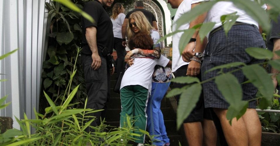 3.abr.2013 - Fergie visitou a favela do Cantagalo, zona sul do Rio, e aproveitou para conhecer a ONG Solar Meninos de Luz,