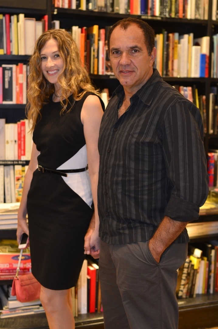 """3.abr.2013 - Humberto Martins chega ao lançamento de """"Juntos Para Sempre"""", novo livro de Walcyr Carrasco, acompanhado da namorada Marcia Delanillo"""