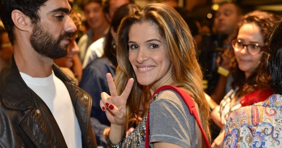 3.abr.2013 - Ingrid Guimarães acena para fotógrafos durante lançamento de livro de Walcyr Carrasco