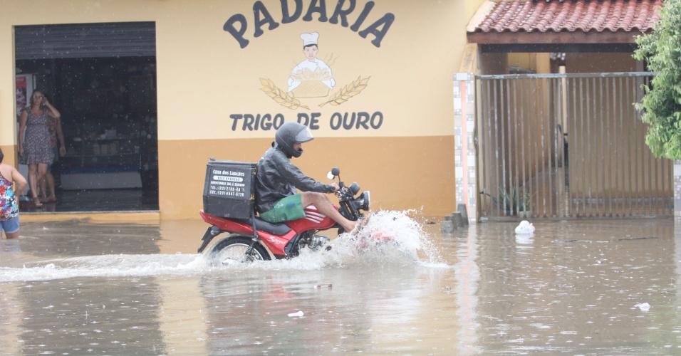 3.abr.2013 - Manhã de chuva intensa alaga rua de Campos dos Goytacazes, no norte do Estado do Rio de Janeiro, nesta quarta-feira (3). A Defesa Civil da cidade está monitorando as áreas com problemas