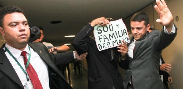 Manifestante que apoia a permanência do deputado Marco Feliciano (PSC-SP) na presidência da Comissão de Direitos Humanos da Câmara é detido - Andre Borges/FolhaPress