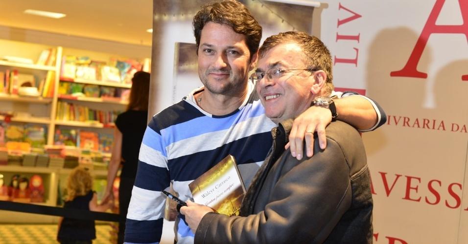 """3.abr.2013 - Marcelo Serrado recebe abraço de Walcyr Carrasco durante o lançamento de """"Juntos Para Sempre"""", novo livro do autor."""