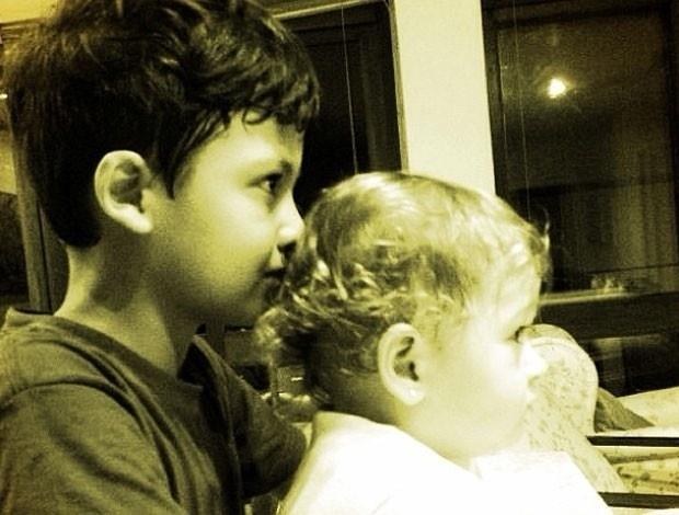 3.abr.2013 - Nívea Stelmann mostra foto do filho com a irmã