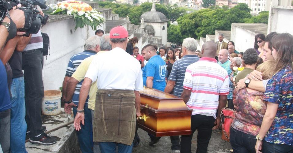 3.abr.2013 - O corpo de Ângela Maria Reis da Silva, 62, foi enterrado no cemitério do Catumbi, na zona norte do Rio de Janeiro, na tarde desta quarta-feira (3). Ângela é uma das sete pessoas que morreram no acidente com o ônibus que caiu de um viaduto no Rio, na terça-feira (2)