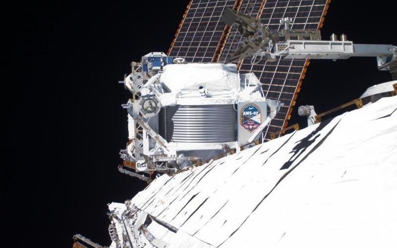 3.abr.2013 - Pesquisa da Estação Espacial Internacional encontrou um excesso de antimatéria nos raios cósmicos do espaço. Esta é a primeira real evidência de matéria escura, mas muito ainda será discutido por astrônomos. As descobertas feitas pelo detector de partículas chamado de Espectrômetro Magnético Alfa (AMS, na sigla em inglês) foram apresentadas em seminário no CERN e serão publicadas no jornal Physical Review Letters