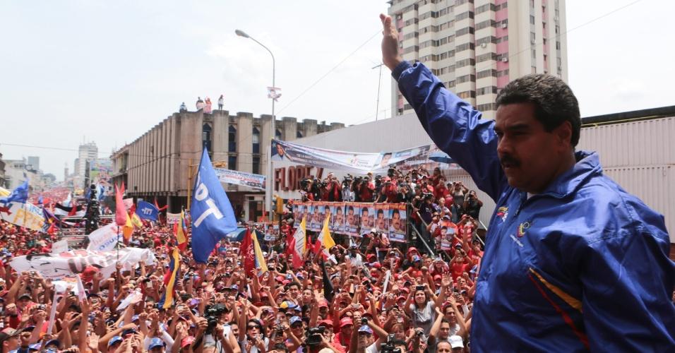 3.abr.2013 - Presidente interino da Venezuela, Nicolás Maduro saúda multidão em San Cristóbal, no oeste do país no segundo dia de campanha eleitoral para as eleições do próximo dia 14