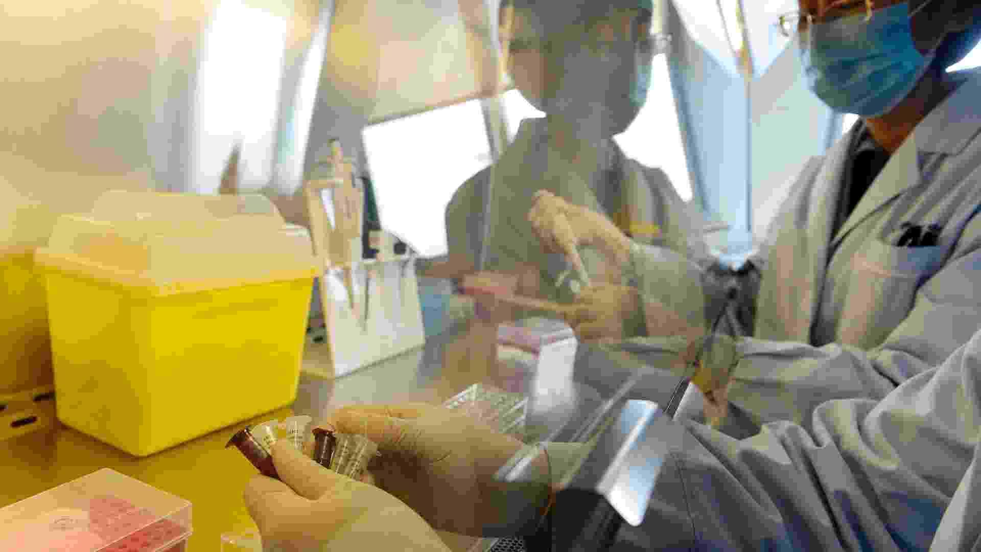3.abr.2013 - Técnicos realizam teste para detecção do vírus H7N9, da gripe aviária, no Centro de Controle de Doenças de Pequim. Estima-se que três pessoas já tenham morrido na China em decorrência da gripe aviária - Reuters