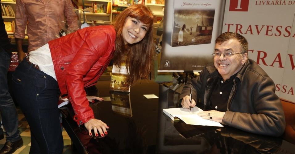 """3.abr.2013 - Simone Soares ganha autógrafo de Walcyr Carrasco no novo livro do autor, """"Juntos Para Sempre"""""""