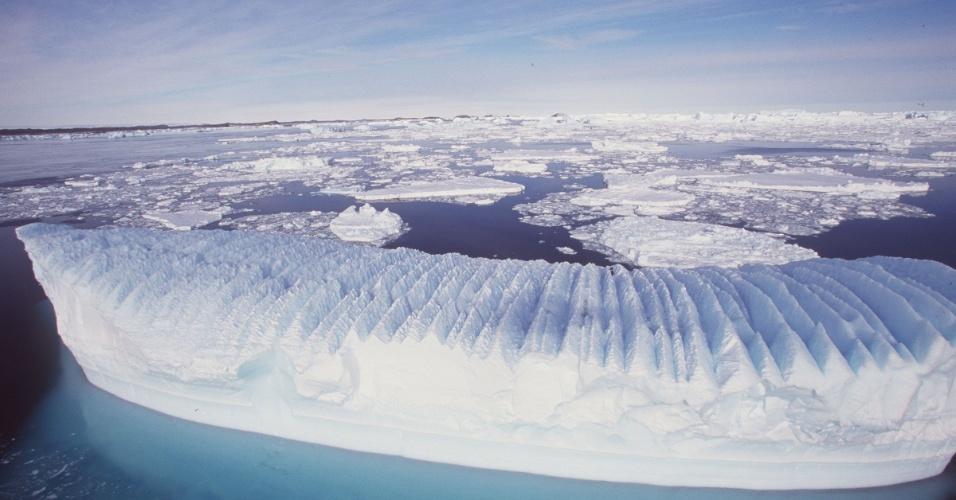 Abril - Aquecimento global faz gelo marinho se expandir sobre o mar no Polo Sul, uma possível consequência do derretimento acelerado do gelo de água doce que cobre o continente Antártico