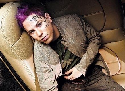 Christian Chavez, do grupo mexicano RBD, surpreendeu suas fãs ao assumir sua homossexualidade, em março de 2007