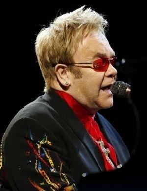 Elton John está com o diretor de cinema David Furnish desde 1993. Os dois oficializaram a união civil em dezembro de 2005 e, nove anos depois, em 2014, eles realizaram o casamento