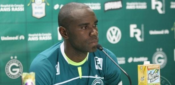 Hugo concede primeira entrevista coletiva como jogador do Goiás