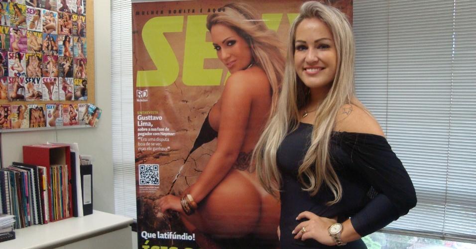 Ísis Gomes na redação da revista