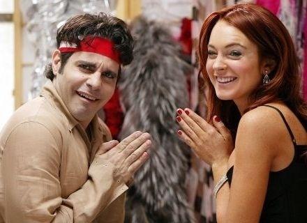 """Mario Cantone sempre fez papéis gays, como o Anthony em """"Sex and the City"""", e se assumiu logo aos 18 anos. Já Lindsay Lohan só deixou tudo às claras, quando engatou um namoro sério com a DJ Samantha Ronson, com quem namorou até abril de 2009"""