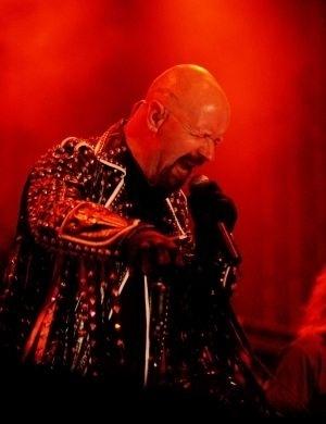 """Para a surpresa de todos, Rob Halford, vocalista do grupo de heavy metal Judas Priest, anunciou que era homossexual na década de 90. Recentemente disse: """"Ninguém escolhe ser gay"""""""