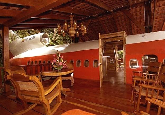 Um Boeing 727 foi transformado em um apartamento do Hotel Costa Verde, localizado em uma ribanceira na floresta costeira, na Costa Rica. Com dois quartos, o aposento tem ainda com ar-condicionado, televisão, sala de jantar, cozinha e vista para o mar