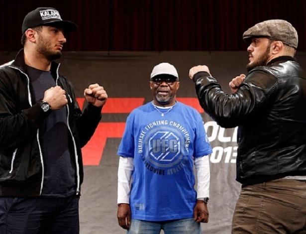 03.abr.2013 - Ilir Latifi (e), desconhecido sueco que substitui Alexander Gustafsson no UFC da Suécia, posa pela primeira vez com o rival Gegard Mousasi