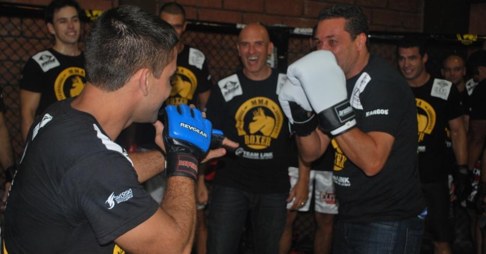 04.Abr-2013 - Vanderlei Luxemburgo posa de lutador em lançamento de CT de lutas no RS