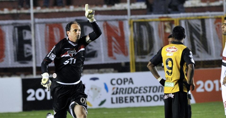 04.abr.2013 - Rogério Ceni comemora após marcar gol de empate do São Paulo sobre o The Strongest pela Libertadores