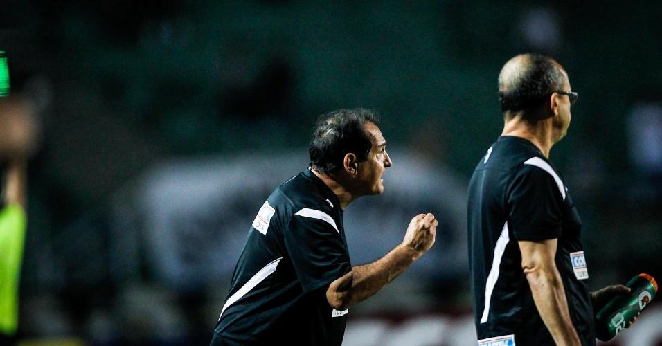 04.abr.2013- Técnico Muricy Ramalho orienta jogadores do Santos durante partida contra o São Caetano no Pacaembu
