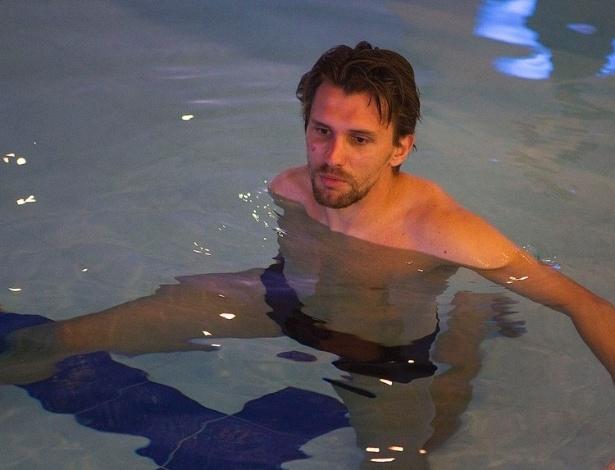 04.abr.2013- Zagueiro Paulo André durante atividade dos jogadores do Corinthians na piscina