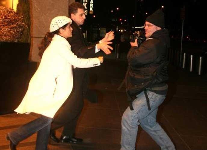 10.fev.2008: Salma Hayek ameaça bater em fotógrafo enquanto estava entrando num hotel em Nova York. Os paparazzi já tinham incomodado a atriz durante a tarde, enquanto ela passeava com sua filha Valentina